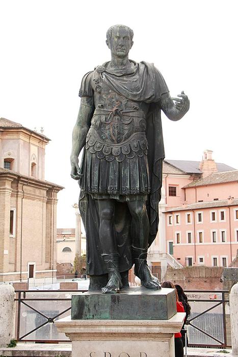 Памятник Гаю Юлию Цезарю в Риме.